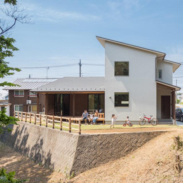 山間に建つ 階層のある家
