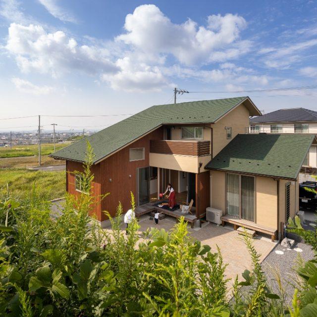 東京湾を望む、丘のそばに建つ家